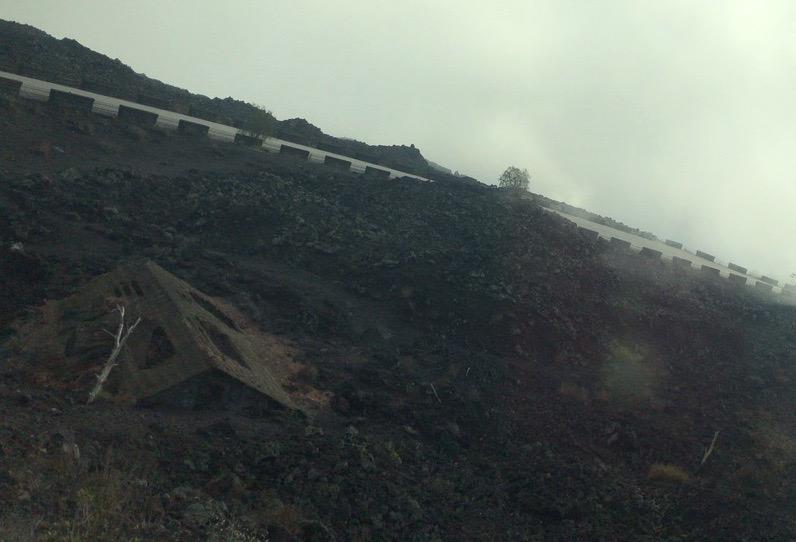 エトナ山の溶岩流に埋もれた家
