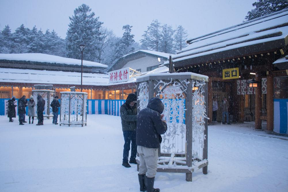 北海道札幌で元日に初詣する人々