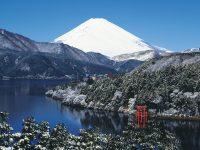 雪化粧をした富士山と芦ノ湖 神奈川県