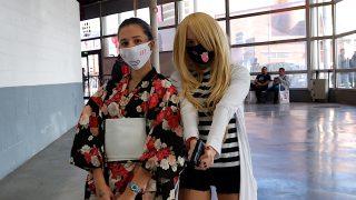 浴衣にマスクと、アニメ「殺戮の天使」がモチーフのコスプレ女子