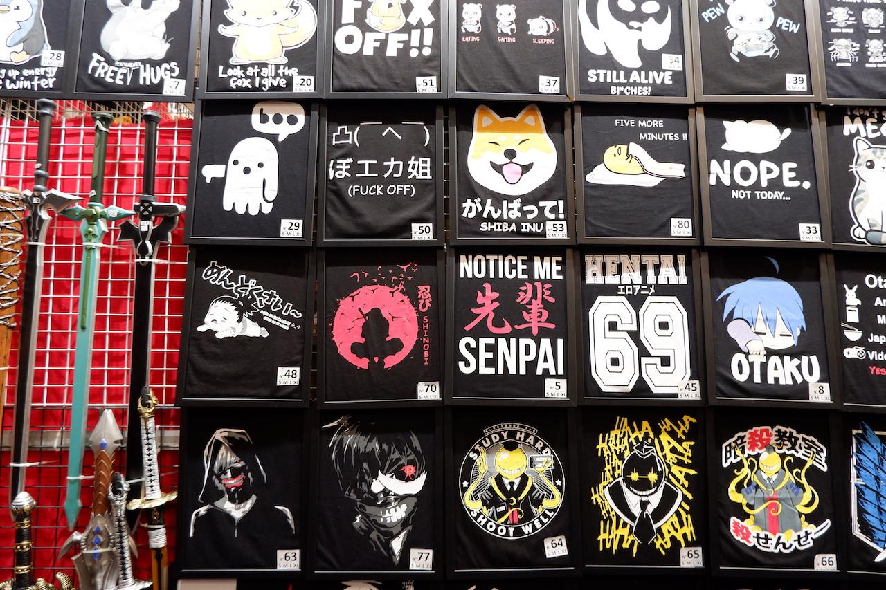 ディスカウントストアやアジアの夜市にありそうなTシャツ