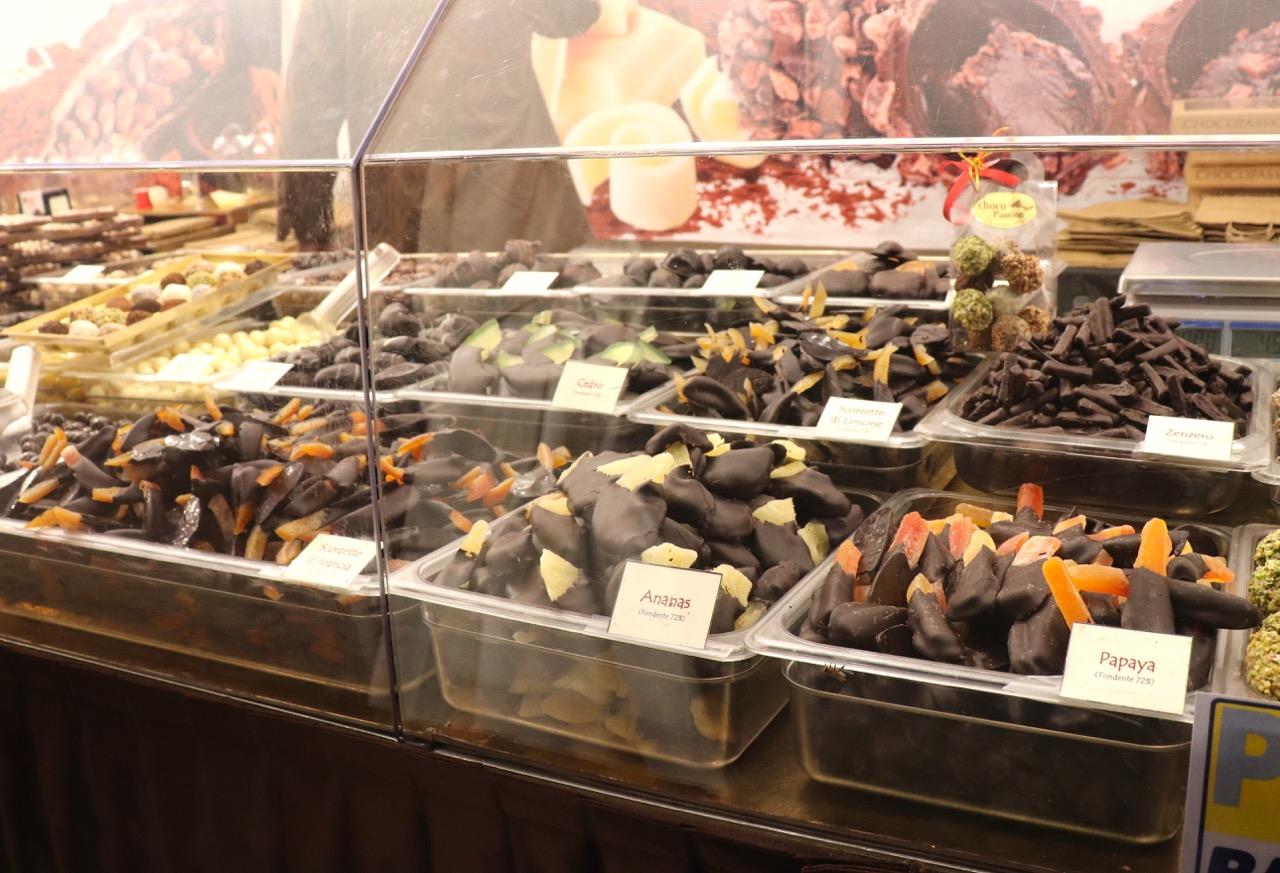 チョコレートコーティングされたドライフルーツ