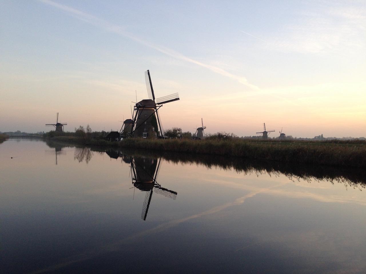夕日水辺の風車