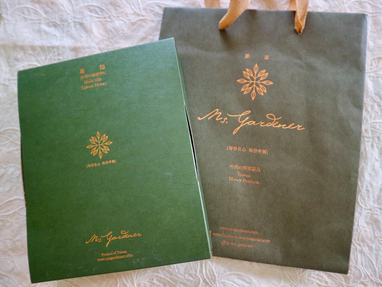 深緑の紙袋や箱がおしゃれ
