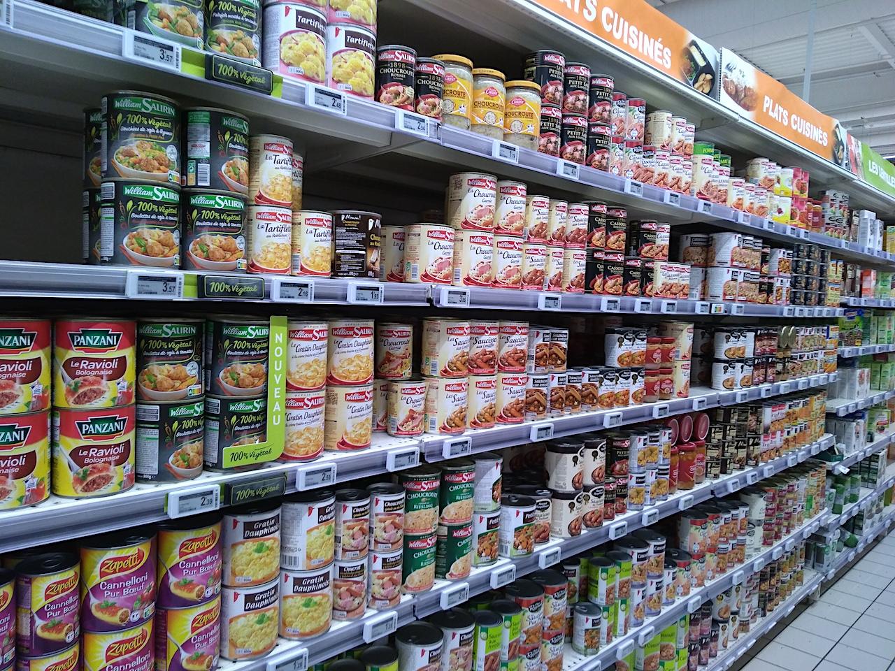 大型スーパーの缶詰売り場(メイン料理のコーナー)