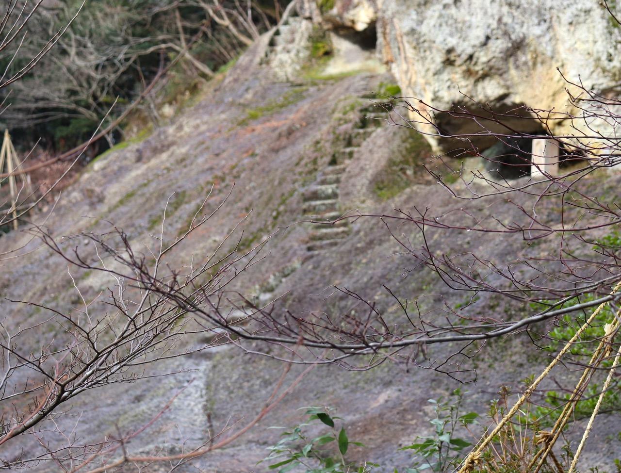 奇石遊山境・稲荷社の険しい階段