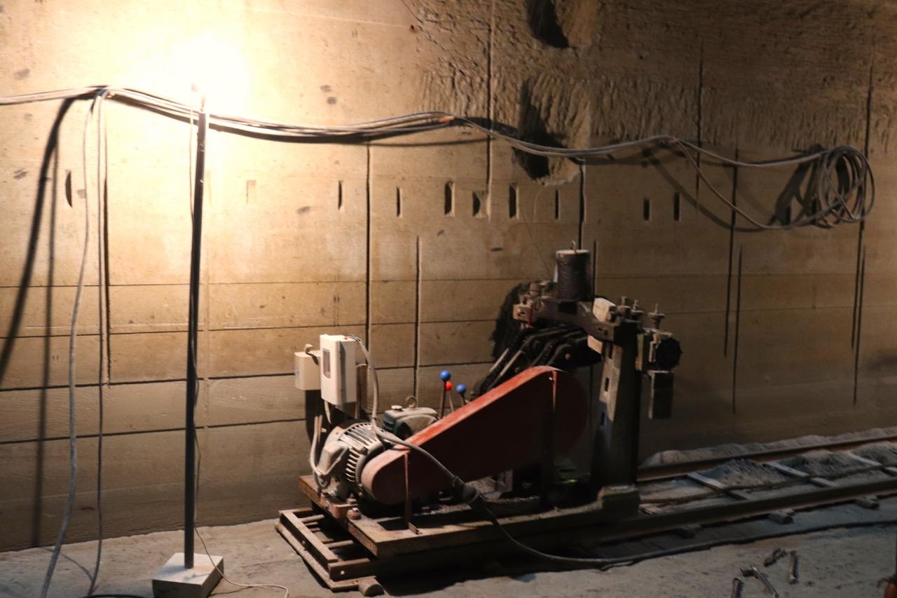 石を採掘する機械