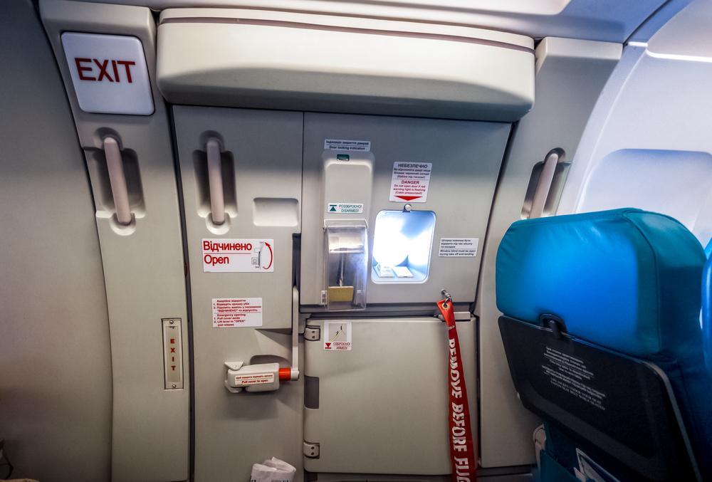 【飛行機の迷信①】上空で誰かがドアを開けたら乗客は吸い出されてしまう!?