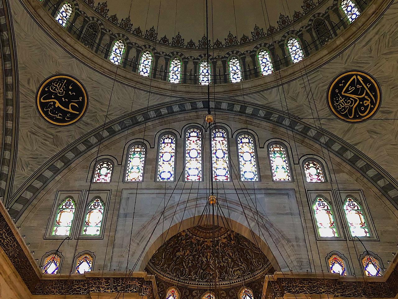 ヌルオスマニエ・モスク おびただしい数の窓