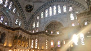ヌルオスマニエ・モスク 差し込む光が美しい