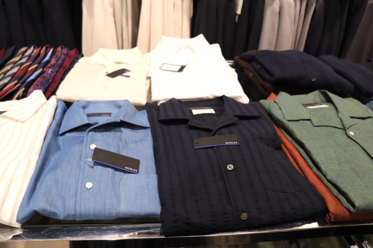 モアレスのノータイスタイルのシャツ