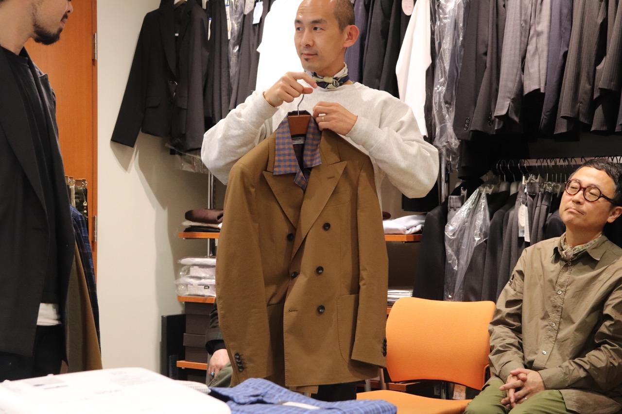 モアレスのシャツにジャケットを合わせる