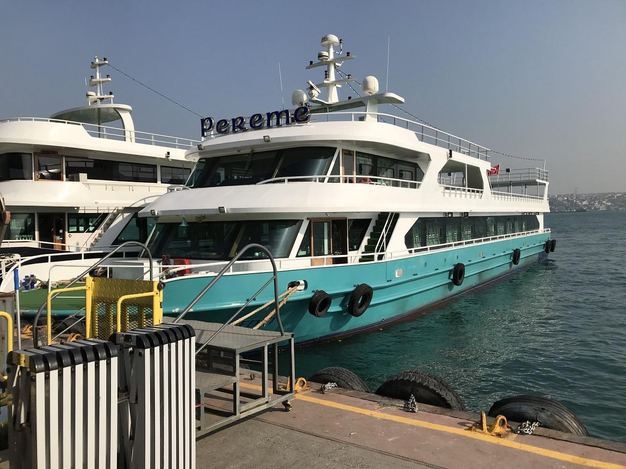 カバタシュ港のに停泊するルーズ船