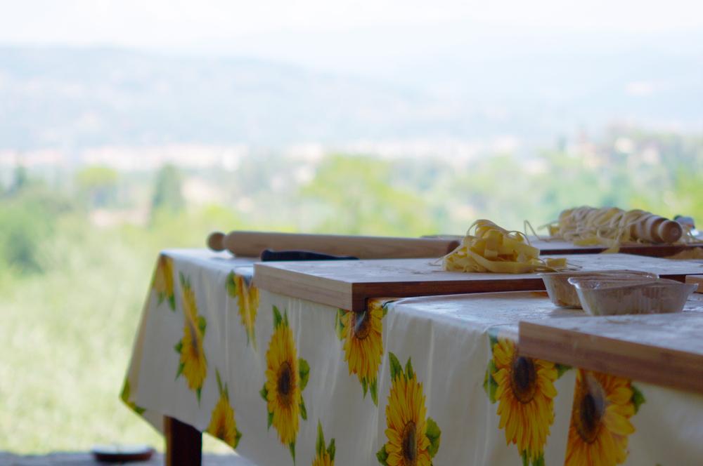 フィレンツェ発トスカーナの農家でのランチ付き料理クラスと地元の市場訪問ツアー