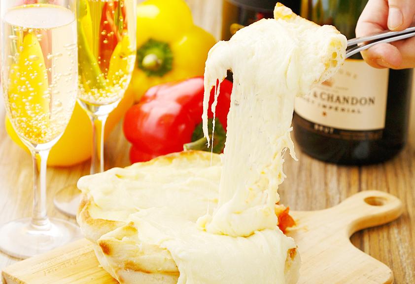 シカゴピザに伸びるチーズ「アリゴ」かけ放題!50cm伸ばせたら500円に