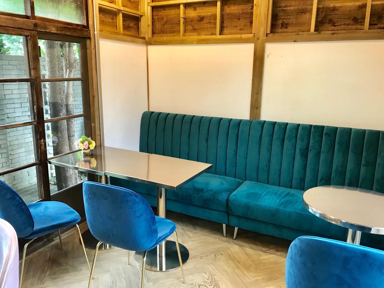 青いビロードのソファのお席