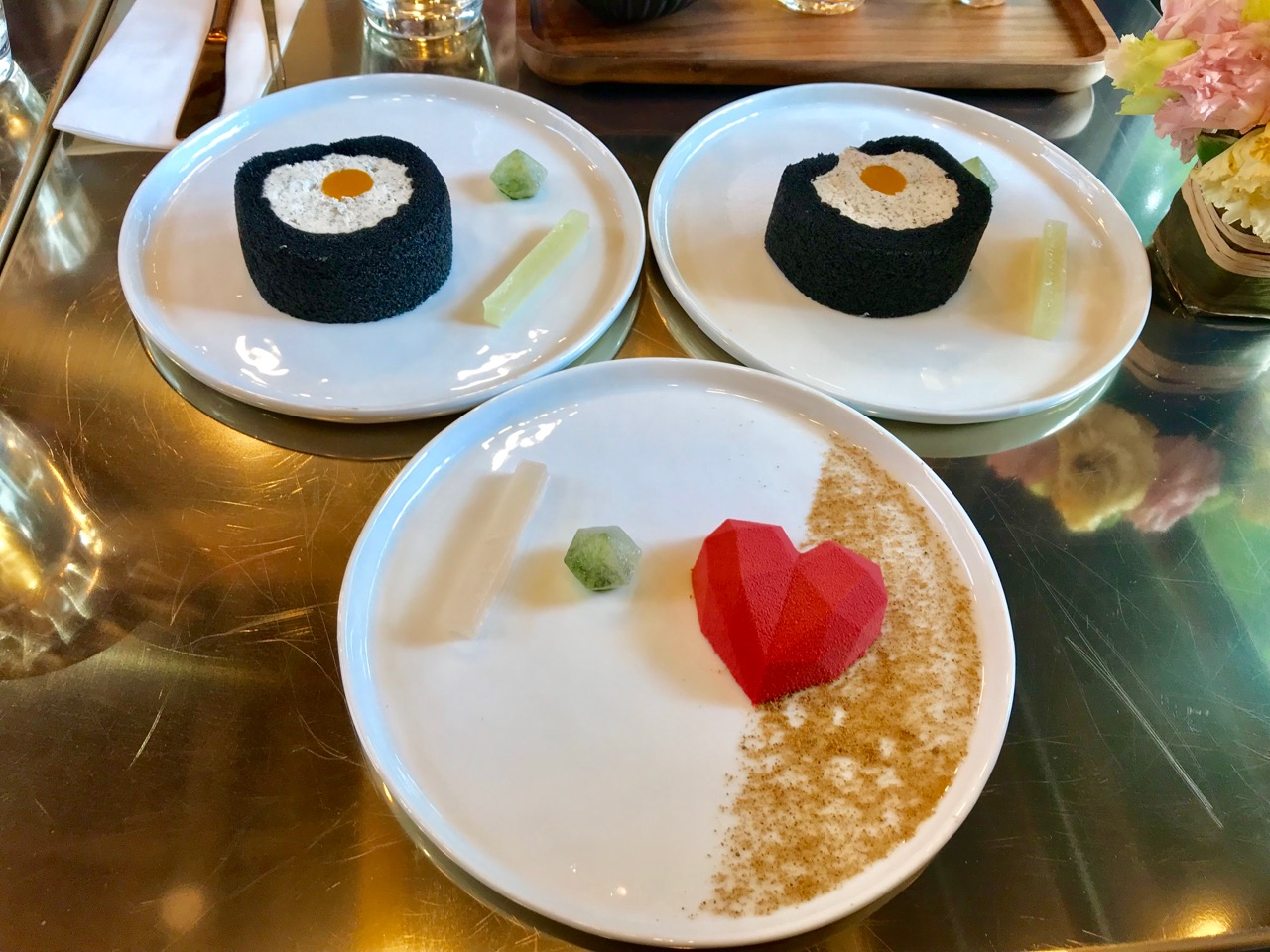 ハートのお菓子と黒ごまロールケーキ