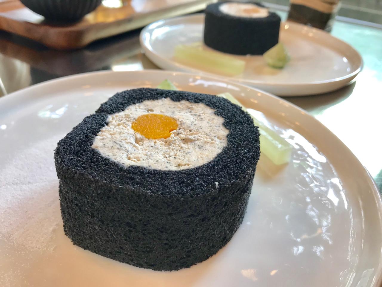 黒ごまと竹炭ロールケーキ