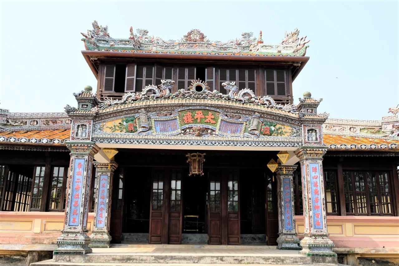 ベトナム最後の王朝であるグエン朝の都が置かれた場所で、1933年には王宮をはじめとする歴史的建造物が「フエの建造物群」として、ベトナム初の世界遺産に登録されまし