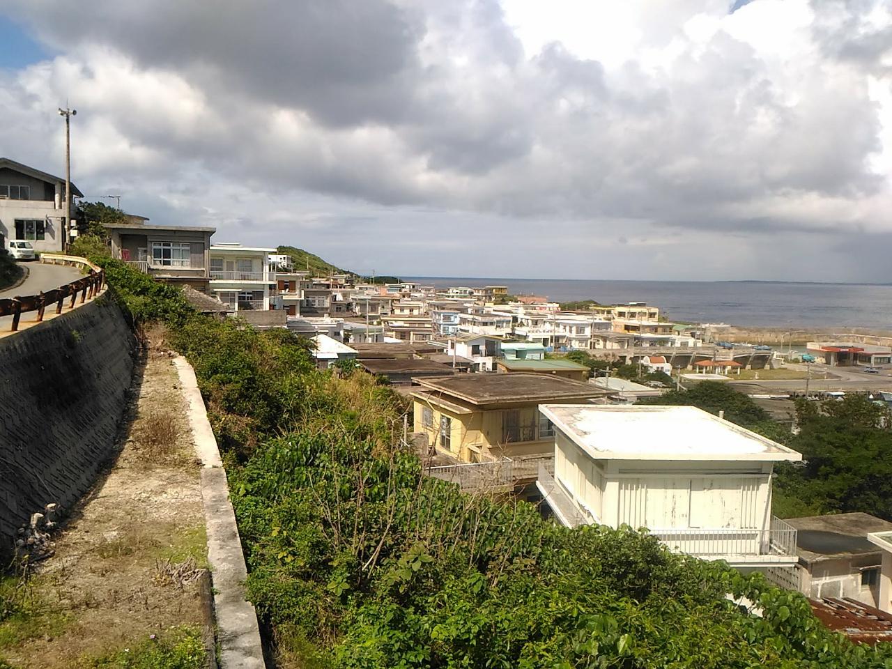 急斜面にへばり付く佐良浜集落