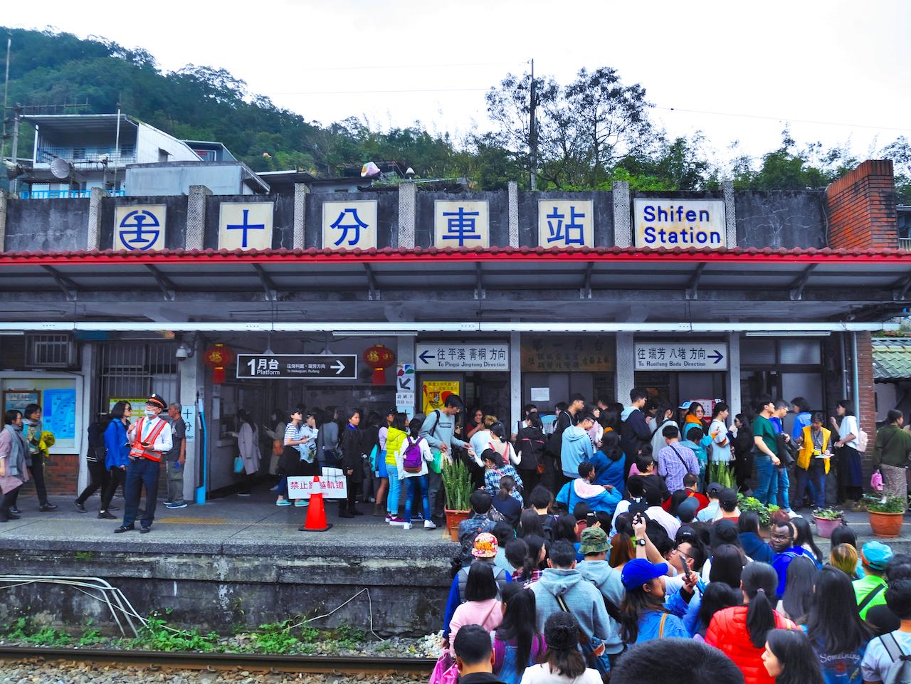 台湾】線路の上でランタン飛ばし!願いを叶える街「十分」へ行ってみた ...