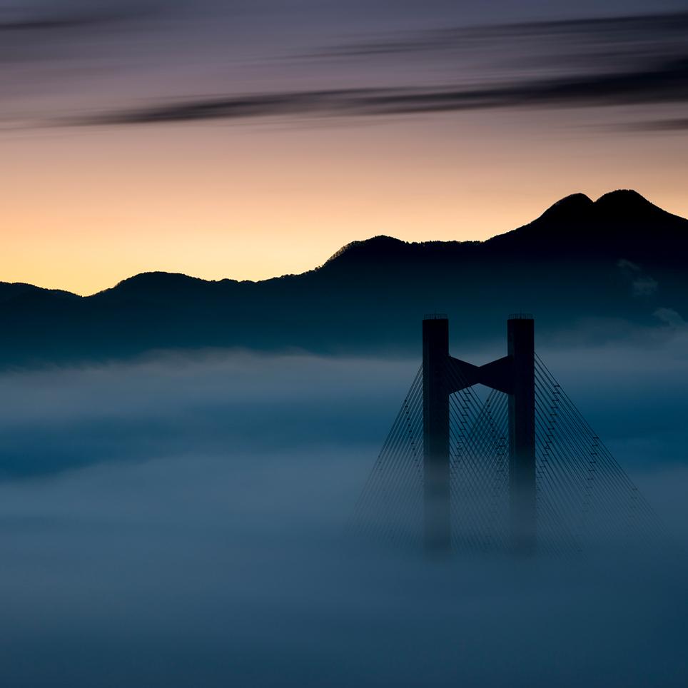 埼玉県秩父市 雲海に浮かび上がる高さ40mの『秩父公園橋』