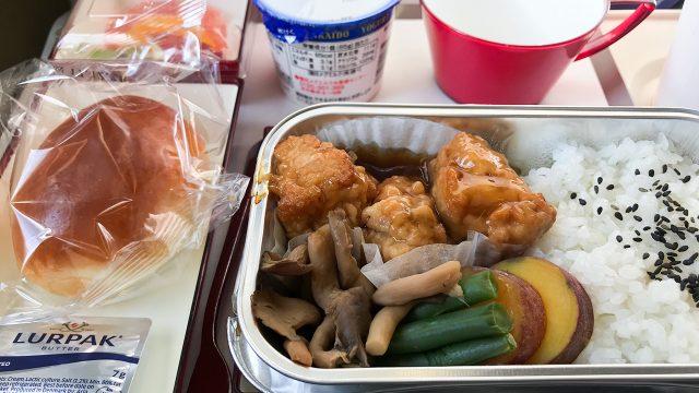 アシアナ航空 羽田ー金浦便の機内食。鳥の唐揚げ