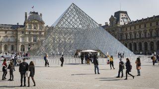 ルーヴル美術館の中庭ナポレオン広場に建つピラミッド