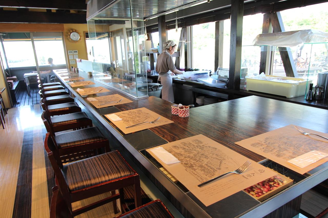 井上誠耕園が運営する工場直売店を1階に、カフェを2階にもつ「Bakery & Cafe菊太郎」
