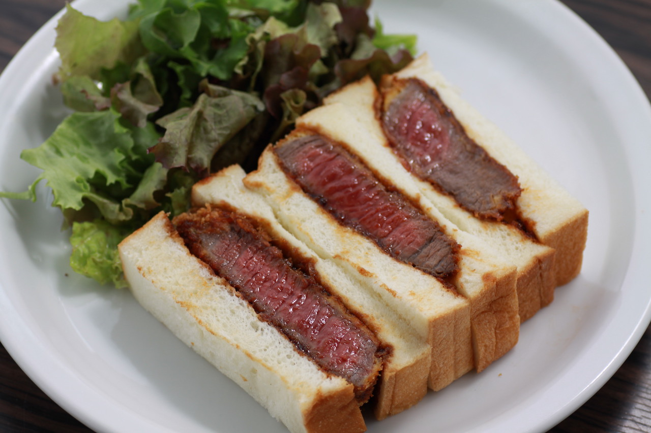 「オリーブ牛のステーキカツサンド1,800円(税抜)」