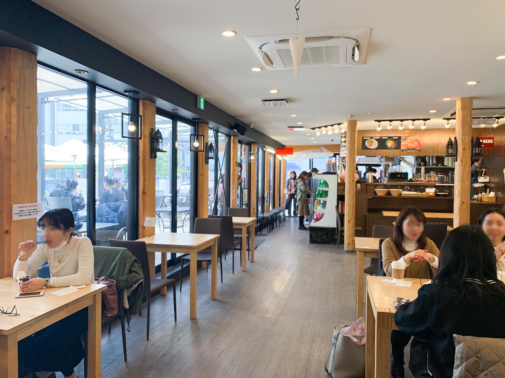 Cafe du Richeの店内はお客さんも多い