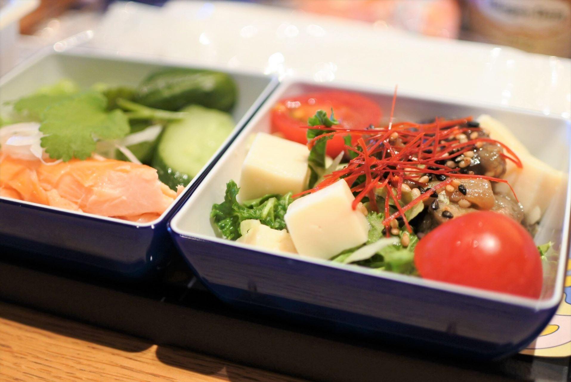味噌でマリネした茄子のソテー、ケールとレタス、豆腐のサラダ