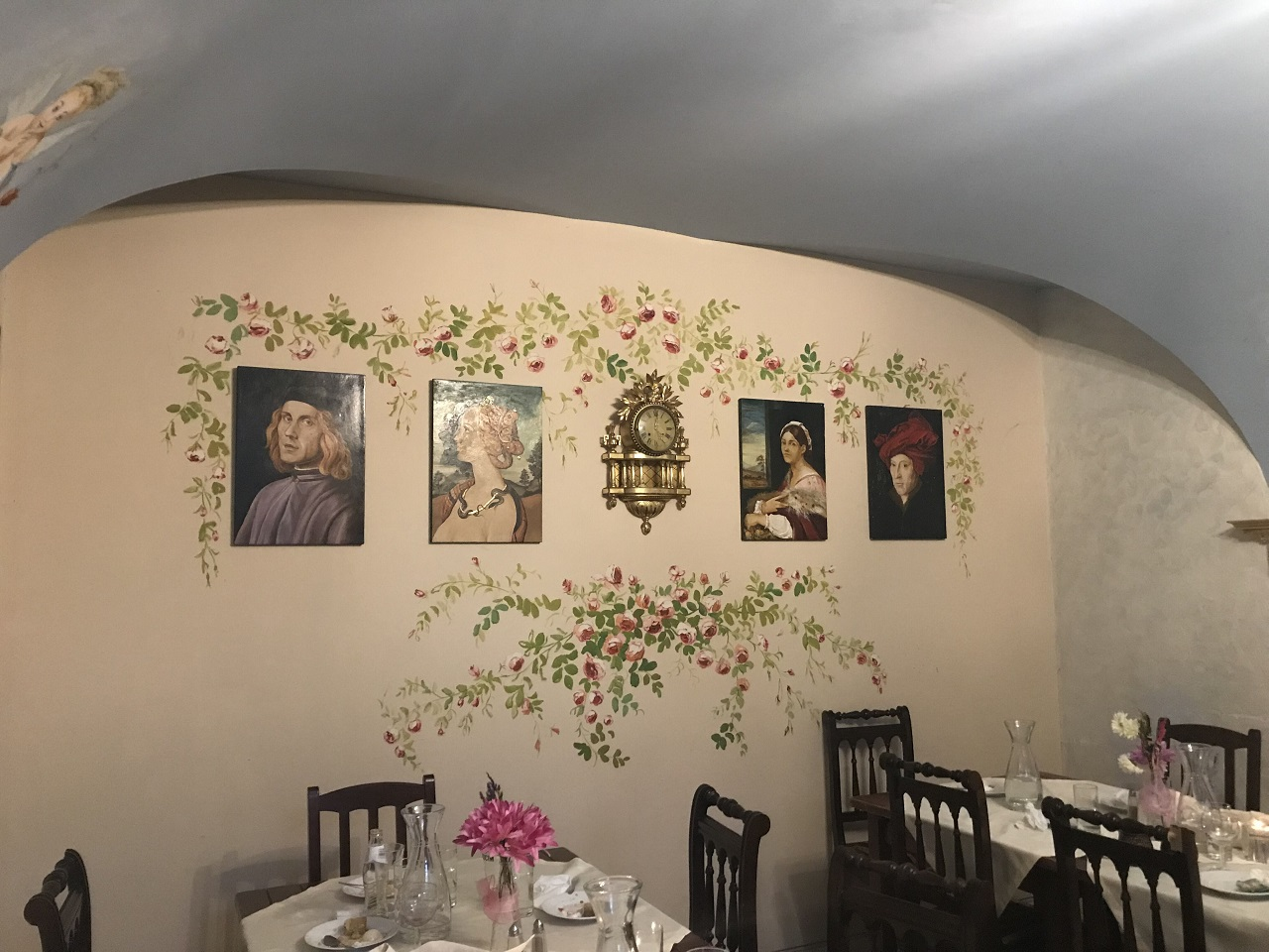装飾が施されたレストラン店内