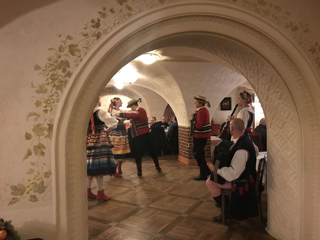 民族音楽とダンスのショー
