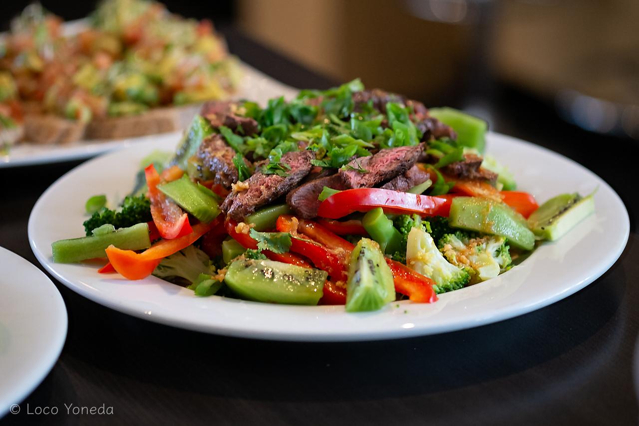 BBQステーキ&グリーンキウイとブロッコリーのサラダ