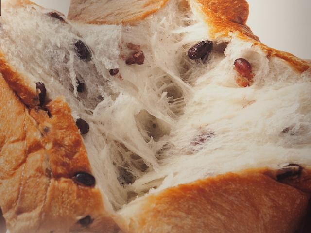 「高級食パン専門店あずき」の看板メニュー「AZUKI食パン(1本1.5斤、1,200円・税込)」