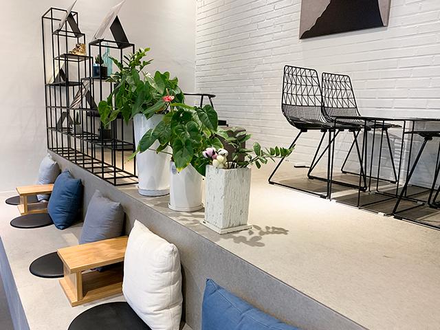 クッションと小さなテーブルのベンチ席