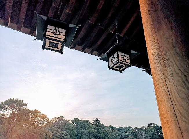 橿原神宮外拝殿の朝日