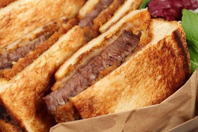 熱々をテイクアウトで!揚げたてが美味しい「淡路牛」のカツサンドとコロッケ