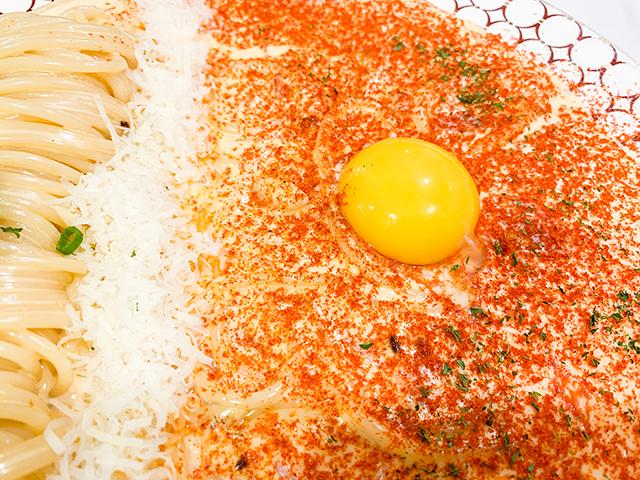 たくさんのスパイスと卵の黄身。