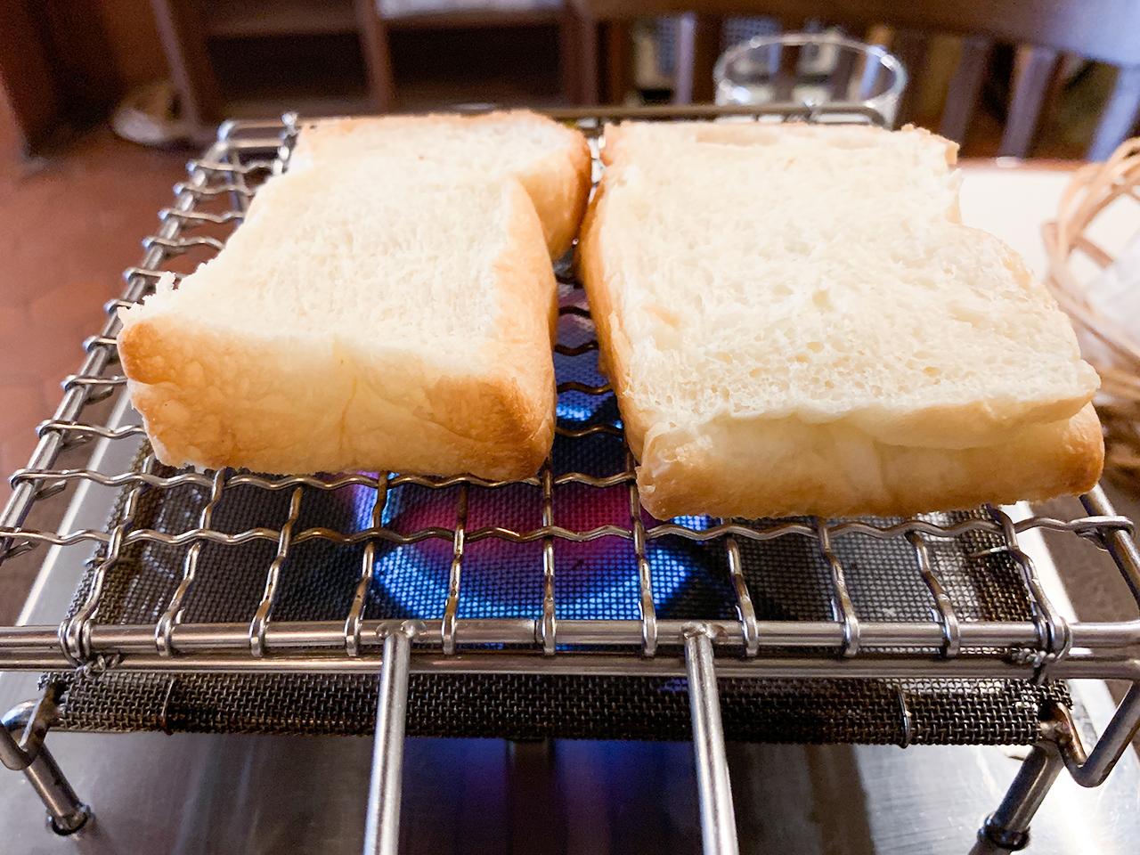 コンロに火をつけて早速パンを焼きます。