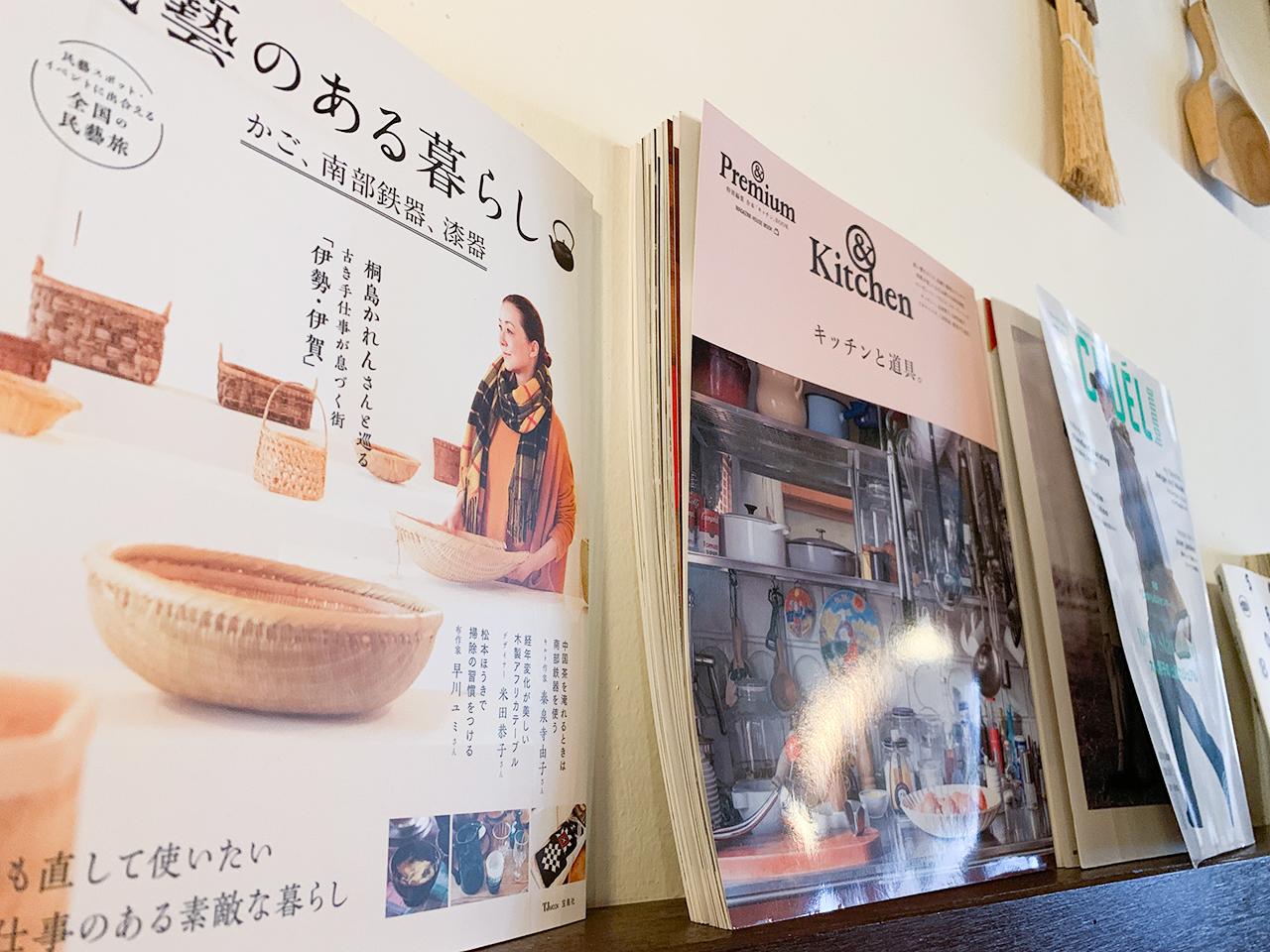 日本の雑誌が飾ってあったり