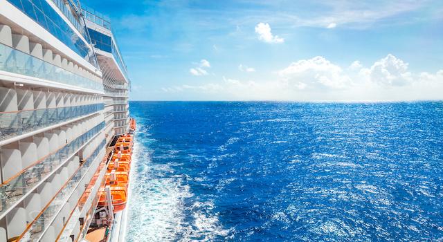 クルーズ旅行客船と海