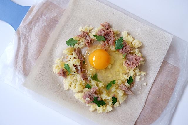 卵が中央になるように材料を配置
