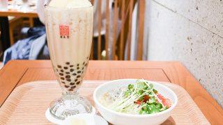 銀座店限定の「タピオカ白桃鉄観音ミルクティー」と、夏限定メニューの「夏野菜とシラスの涼麺」