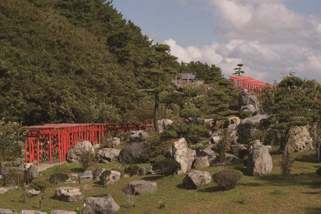 まるでドミノのよう!青森・高山稲荷神社の千本鳥居