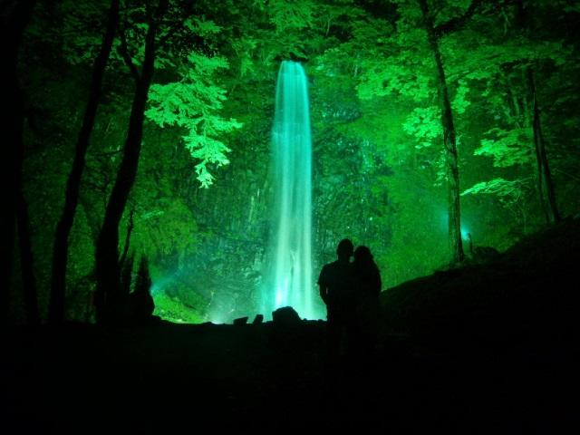 魔法がかった美しさ!山形県・玉簾の滝(たますだれのたき)ライトアップ