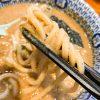 極太麺がスープにしっかり絡む