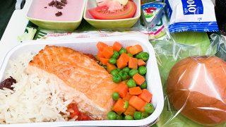 往路に機内食。魚料理しかありませんでした