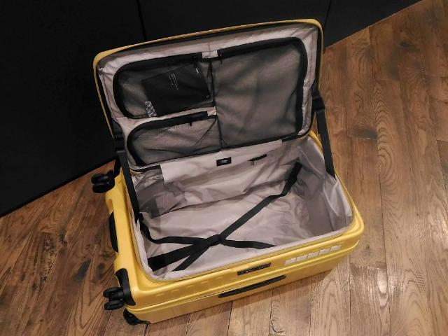 スーツケースのトレンド開き方2